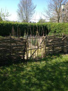Eksempel på et spinklere hegn, der omkranser en køkkenhave på Frilandsmuseet. Bemærk havelågen, som tilsyneladende ikke har så meget som en dyvel, og et reb udgør hængslet.