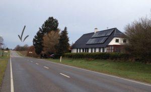 Mormor og morfars hus er det hvide. Lagerbons gård lå oppe på bakken, hvor der er lavet en pil.